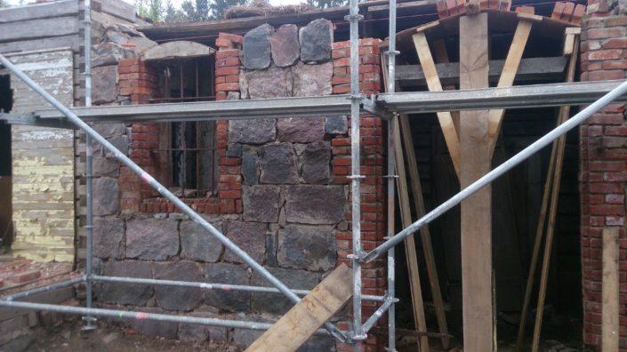 Maakivist müüri uued vuugid ja nurga ladumine Viljandis Mulgimaal.