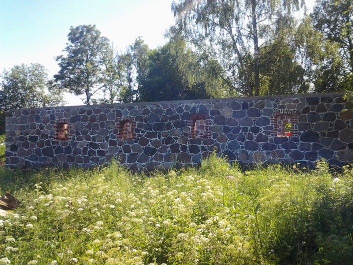 Karksi-Nuia majandushoone maakivimüüri taastamine.